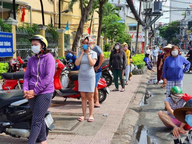 TP.HCM: Người dân tuân thủ 5k khi đi mua thực phẩm thiết yếu ảnh 10