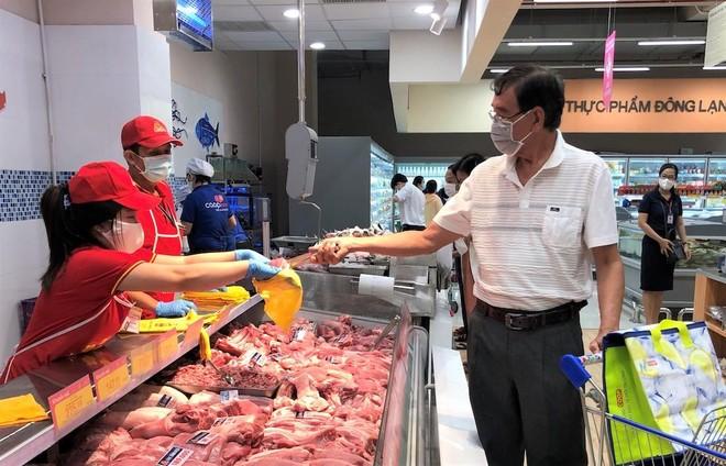 Gom trứng gà trong siêu thị thuộc Saigon Co.op, mang ra ngoài bán giá cao? ảnh 1