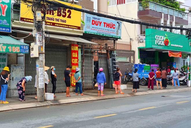 TP.HCM: Người dân tuân thủ 5k khi đi mua thực phẩm thiết yếu ảnh 6