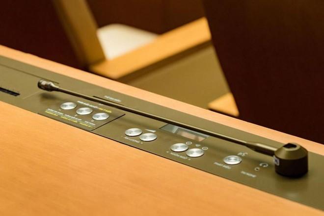 Các đại biểu mới sẽ được dành thời gian làm quen với các phím chức năng bên trên bàn đại biểu tại phòng họp Diên Hồng - phòng họp chính tại Nhà Quốc hội.