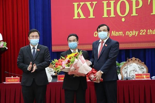 Ông Phan Việt Cường - Bí thư Tỉnh ủy và Chủ tịch UBND tỉnh Lê Trí Thanh tặng hoa chúc mừng ông Trần Anh Tuấn.