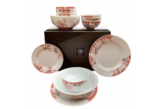 Bộ bát đĩa gốm sứ hoa sen đỏ, sản phẩm OCOP 5 sao, do Công ty TNHH Gốm sứ Quang Vinh sản xuất.