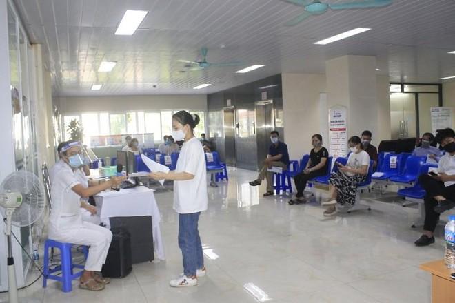 Cần tuân thủ hướng dẫn của nhân viên y tế khi tham gia tiêm vắc-xin ảnh 2