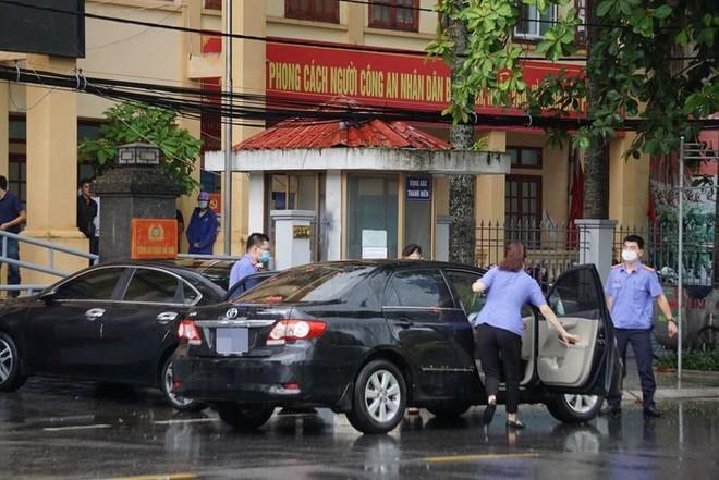 Các cán bộ Cơ quan điều tra Viện KSND tối cao có mặt tại Công an quận Đồ Sơn thực hiện khởi tố, bắt giam đối với Trung tá Phạm Quang Tuấn, Phó trưởng Công an quận Đồ Sơn. Ảnh: Viện KSND tối cao
