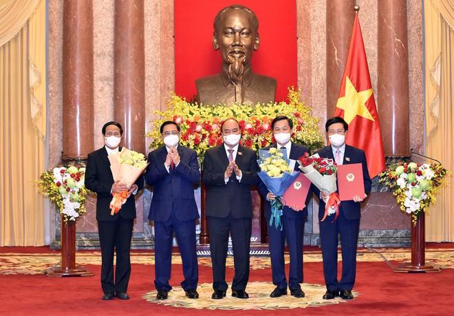Chủ tịch nước Nguyễn Xuân Phúc trao Quyết định và chúc mừng các Phó Thủ tướng. (Ảnh: Nhật Bắc)