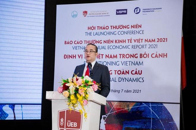 PGS-TS. Nguyễn Trúc Lê, Hiệu trưởng Trường Đại học Kinh tế cho biết, Báo cáo thường niên Kinh tế Việt Nam 2021 quy tụ một số lượng lớn các nhà khoa học, chuyên gia nghiên cứu kinh tế, các giảng viên từ các viện nghiên cứu và trường đại học tham gia (Ảnh: Thùy Dung)