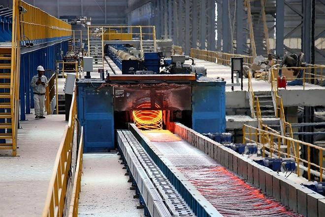 Việc tăng thuế xuất khẩu và mở rộng cửa cho thép ngoại sẽ khiến thép nội lao đao. Trong ảnh: Sản xuất thép tại Tập đoàn Hòa Phát