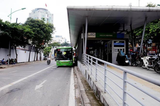Ngoài việc thường xuyên gây ùn tắc giao thông trong giờ cao điểm, Thanh tra Chính phủ khẳng định, tuyến BRT01 chưa đạt được hiệu quả như mong đợi, chưa đạt mục tiêu đề ra, dù nhận được đầu tư với số tiền rất lớn. Ảnh: Đức Thanh