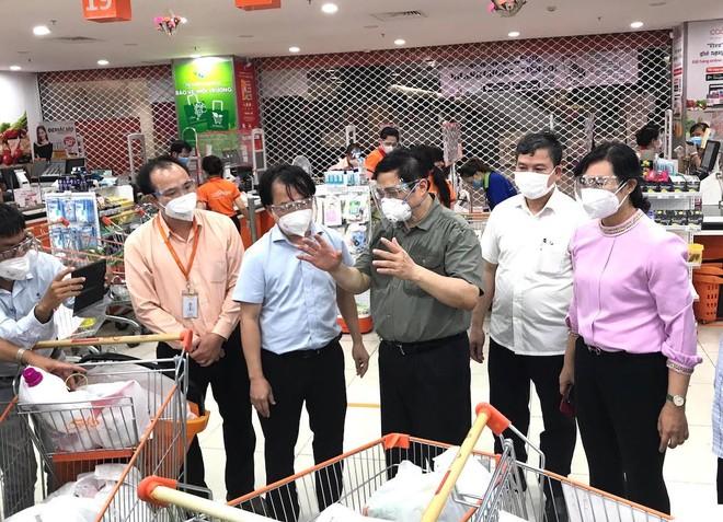 Thủ tướng Phạm Minh Chính khảo sát công tác phối hợp chuẩn bị hàng hóa cung ứng cho người dân tại Co.opXtra Phạm Văn Đồng.