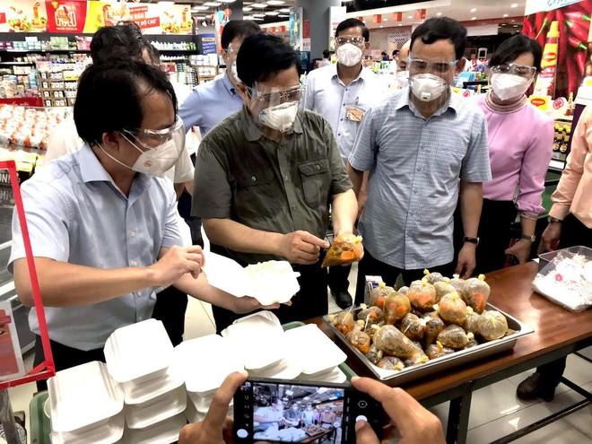 Thủ tướng Phạm Minh Chính trực tiếp khảo sát hàng hoá tại siêu thị ở TP.HCM ảnh 1