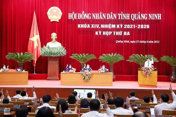 Các đại biểu HĐND tỉnh Quảng Ninh biểu quyết thông qua các Nghị quyết tại Kỳ họp thứ 3.