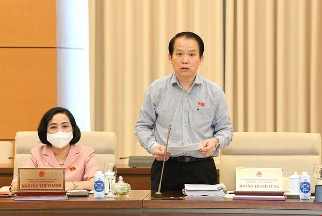 Chủ nhiệm Uỷ ban Pháp luật Hoàng Thanh Tùng trình bày báo cáo thẩm tra.