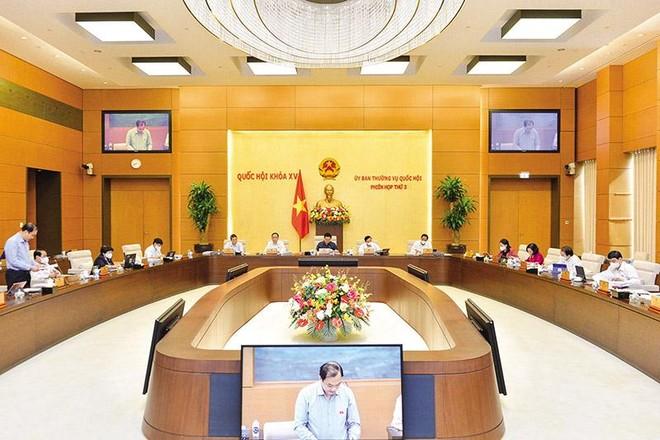 Ông Vũ Hồng Thanh, Chủ nhiệm Ủy ban Kinh tế của Quốc hội trình bày báo cáo thẩm tra Tờ trình của Chính phủ về Dự án Luật Kinh doanh bảo hiểm (sửa đổi)
