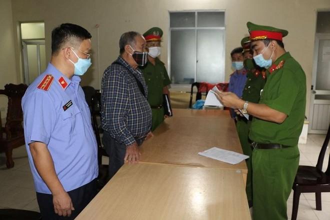 Cơ quan chức năng tống đạt quyết định khởi tố bị can và thi hành lệnh bắt tạm giam đối với ông Nguyễn Đình Khang.