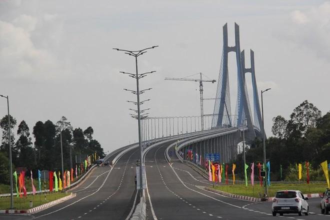 Cầu Vàm Cống trên tuyến Quốc lộ 80 nối liền đôi bờ sông Hậu giữa quận Thốt Nốt (TP. Cần Thơ) và huyện Lấp Vò (tỉnh Đồng Tháp). Ảnh: Nguyệt Ánh
