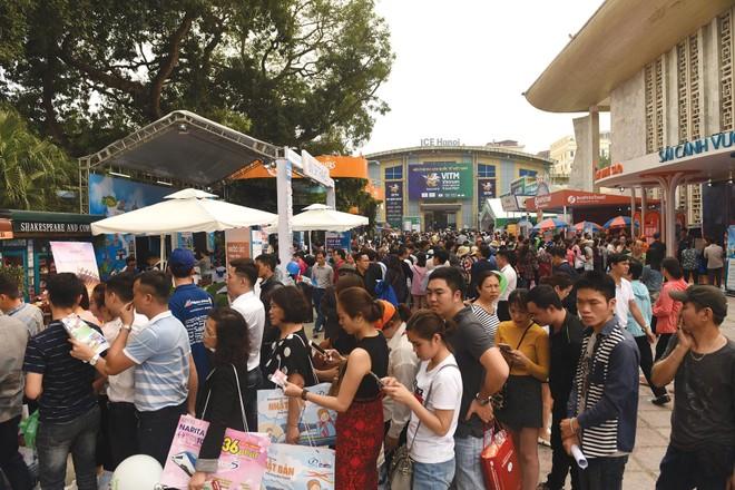 Mục tiêu đến năm 2025, có 15% dân số Việt Nam tham gia bảo hiểm nhân thọ (ảnh chụp trước dịch Covid-19). Ảnh: Dũng Minh