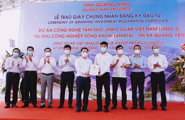 Lãnh đạo BQL Khu Kinh tế Quảng Ninh trao giấy chứng nhận đăng ký đầu tư cho đại diện Công ty TNHH Công nghệ Jinko Solar Việt Nam.