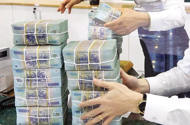Dịch bệnh khiến doanh nghiệp có xu hướng gửi tiền vào ngân hàng để phòng thủ, hơn là rót vào đầu tư, sản xuất - kinh doanh