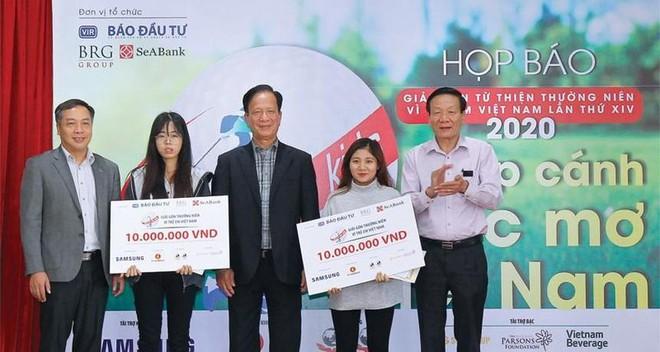 Quỹ từ thiện Vì trẻ em Việt Nam trao học bổng cho các học sinh, sinh viên có hoàn cảnh khó khăn đạt thành tích xuất sắc trong học tập