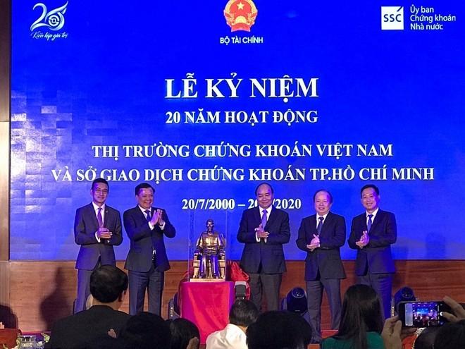 Ông Trần Văn Dũng, Chủ tịch Ủy ban Chứng khoán Nhà nước (ngoài cùng bên phải)