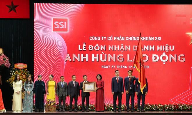 Phó Chủ tịch nước Đặng Thị Ngọc Thịnh trao bằng danh hiệu Anh hùng Lao động thời kỳ đổi mới cho Ban lãnh đạo SSI