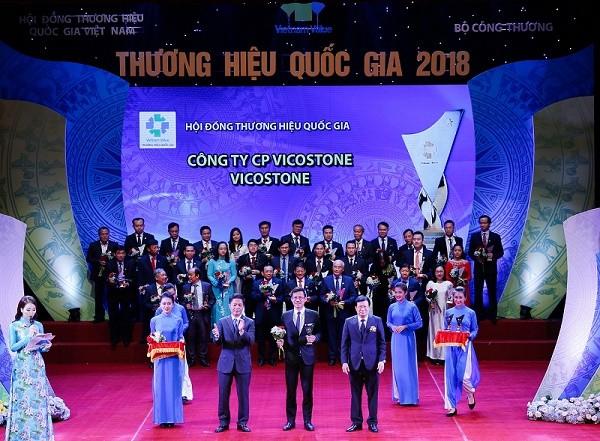 Tổng giám đốc Phạm Anh Tuấn nhận biểu trưng Thương hiệu Quốc gia.