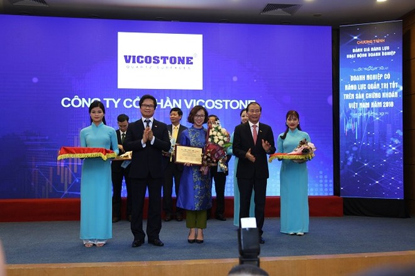 Đại diện Công ty cổ phần Vicostone (đứng giữa) nhận giải thưởng