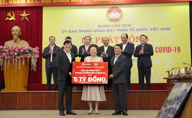 Bà Nguyễn Thị Nga, Chủ tịch BRG trao ủng hộ 5 tỷ đồng chống Covid-19