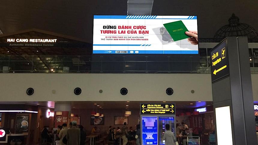 Biển truyền thông tuyên truyền nâng cao nhận thức phòng, chống mua bán người tại sân bay.