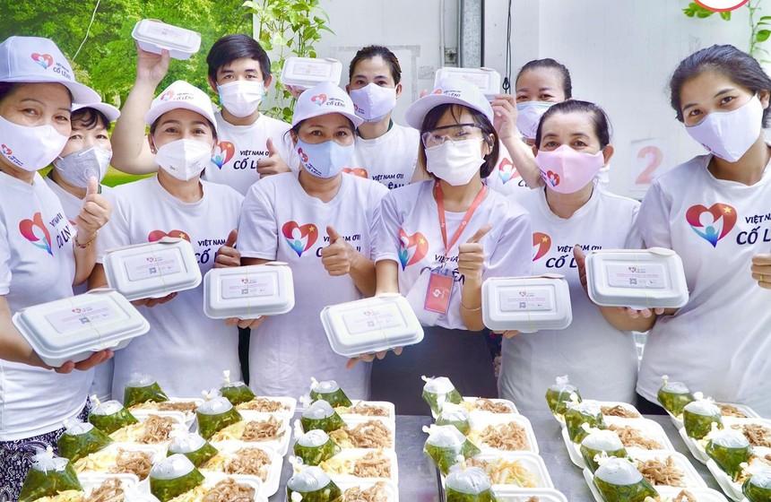 """Các tình nguyện viên bếp """"Việt Nam ơi cố lên!"""" ở Bình Tân chuẩn bị các suất từ thiện cho cộng đồng."""