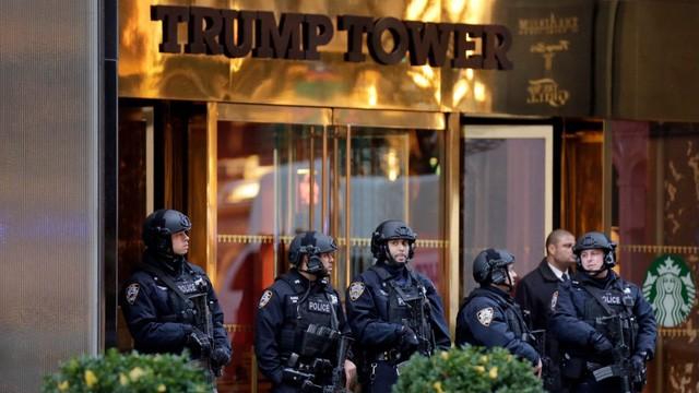 Cảnh sát thành phố New York đứng gác bên ngoài Trump