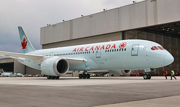 Hành khách quay cảnh cánh máy bay xả nhiên liệu trên không