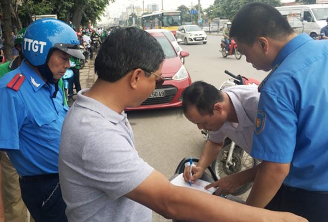 Thanh tra Sở GTVT Hà Nội đánh giá, xe Grab, Uber vi phạm cả trên đường lẫn công tác điều hành.