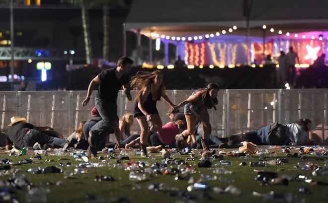 Người tham dự lễ hội âm nhạc nằm rạp xuống đất hoặc chạy tán loạn tìm nơi trú ẩn khi bị xả súng. Ảnh: Getty