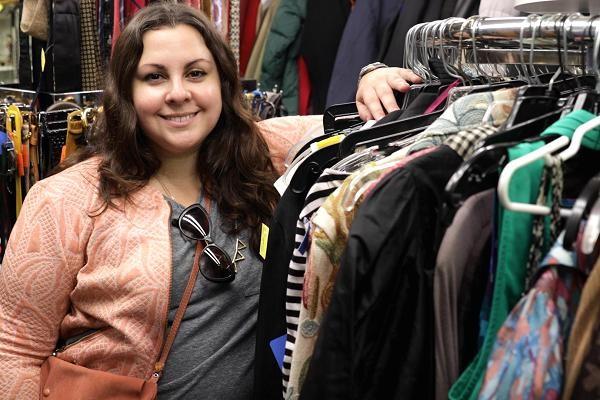 Natalie Gomez, 35 tuổi, dành khoảng 10 tiếng mỗi tuần để mua quần áo tại các cửa hàng và bán lại chúng trên trang web của mình. (Nguồn: CNBC)