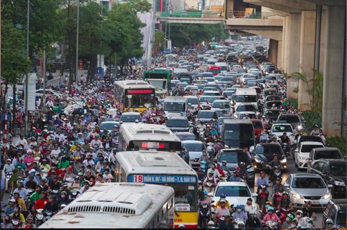 Ùn tắc giao thông giờ cao điểm ở Hà Nội. Ảnh: Ngọc Thành.