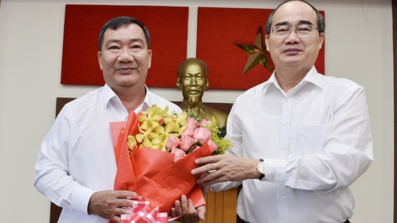 Bí thư Thành ủy TPHCM Nguyễn Thiện Nhân chúc mừng đồng chí Trần Văn Thuận giữ chức Bí thư Quận ủy Quận 2.