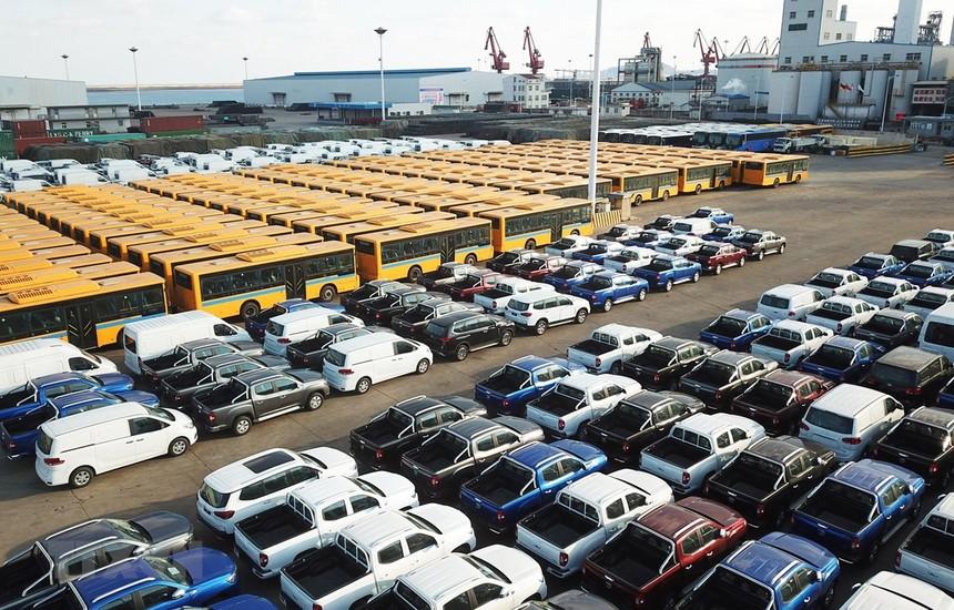 Ôtô xuất khẩu được xếp tại cảng ở Liên Vân Cảng, tỉnh Giang Tô, miền đông Trung Quốc. (Nguồn: THX/TTXVN).