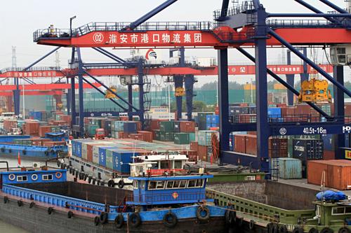 Container tại một cảng biển ở Hoài An (Trung Quốc). Ảnh: Reuters.