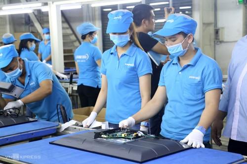 Công nhân làm việc trong Nhà máy Asanzo. Ảnh: Trung Sơn.