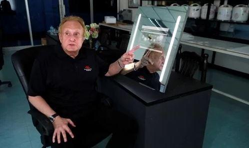 Larry Sloven sử dụng thử sản phẩm gương thông minh tại nhà máy ở Thái Lan ngày 22/7. Ảnh: Reuters.