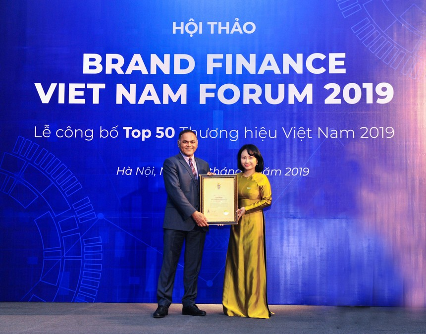 Bà Trần Thu Huyền - Thành viên HĐQT kiêm Giám đốc Khối Nhân sự VietinBank nhận chứng nhận Top 50 Thương hiệu giá trị nhất Việt Nam 2019.