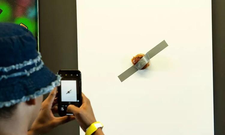 Người dân chụp ảnh chiếc sandwich của hãng Popeyes được dán trên tường hôm 10/11. Ảnh: Insider.