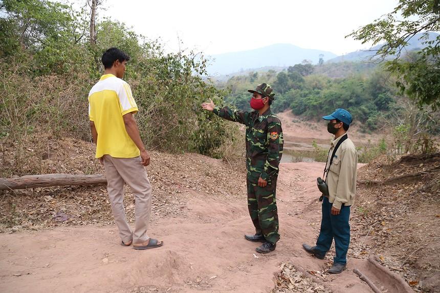 Biên phòng Quảng Trị ngăn một người dân có ý định sang Lào thăm người thân. Ảnh: Hoàng Táo.