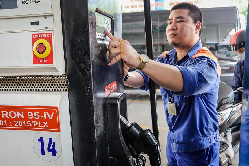 Nhân viên công ty xăng dầu ở TP HCM bán xăng cho khách. Ảnh: Thành Nguyễn.