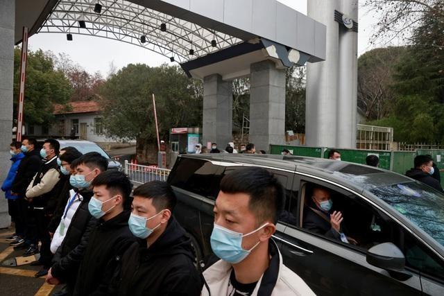 Xe chở các chuyên gi.a WHO trong cuộc điều tra tại Vũ Hán, Trung Quốc (Ảnh: Reuters)