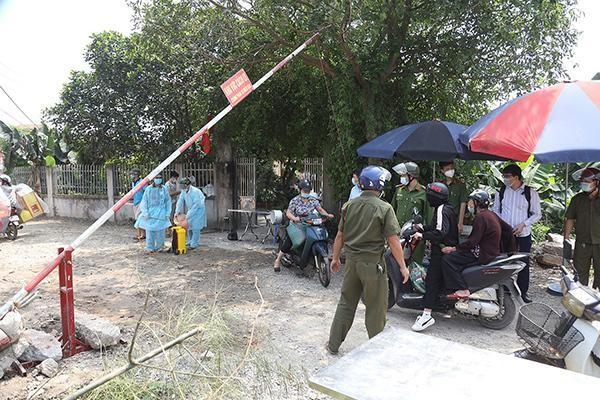 Người dân khi quay trở lại Hà Nội sau kỳ nghỉ lễ 30/4 bắt buộc phải khai báo y tế.