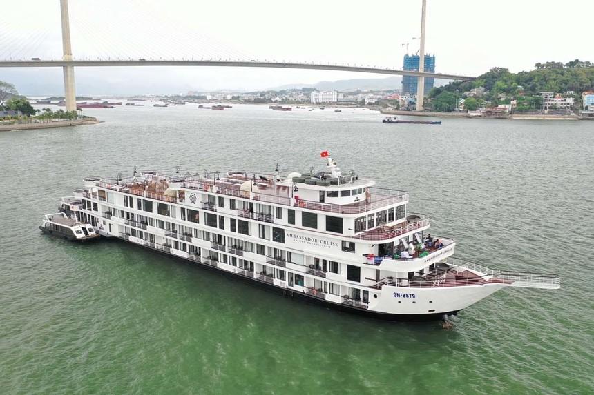 Du thuyền Ambassador cùng 122 hành khách, 60 nhân viên đã được cách ly trên vịnh Hạ Long.