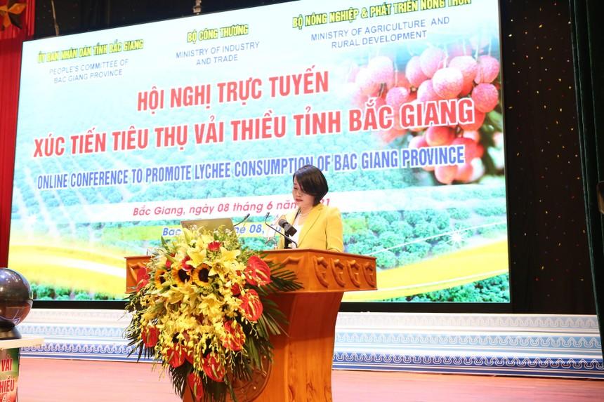 Bà Nguyễn Thị Phương – Phó tổng giám đốc thường trực Công ty VinCommerce đã cam kết thu mua 2.000 tấn vải thiều Lục Ngạn.