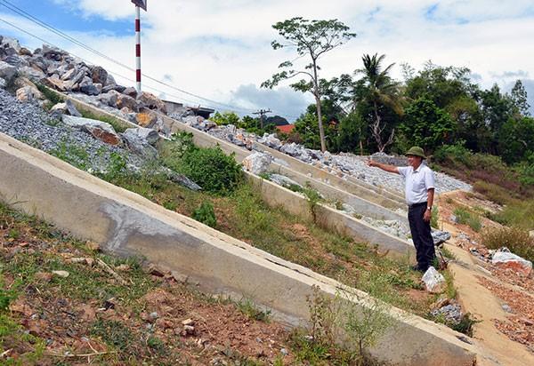 Công trình Kè chống sạt lở Bắc Sông Son đoạn qua thôn Trằm Mé - thôn Na - thôn Xuân Sơn, xã Sơn Trạch (huyện Bố Trạch) có chiều dài 520 m.